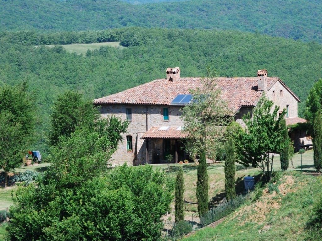 De rustieke boerderij Polmone Turismo Verde midden tussen de heuvels in het groene hart van Umbrië