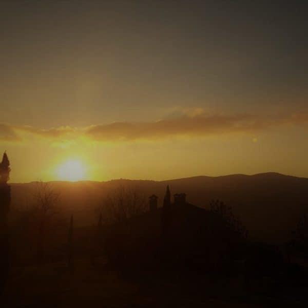 Sonnenuntergang über dem noch schmucklosen, authentischen Bauernhof Polmone in Umbrien