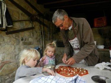 Nico laat kinderen helpen bij het pizzabakken