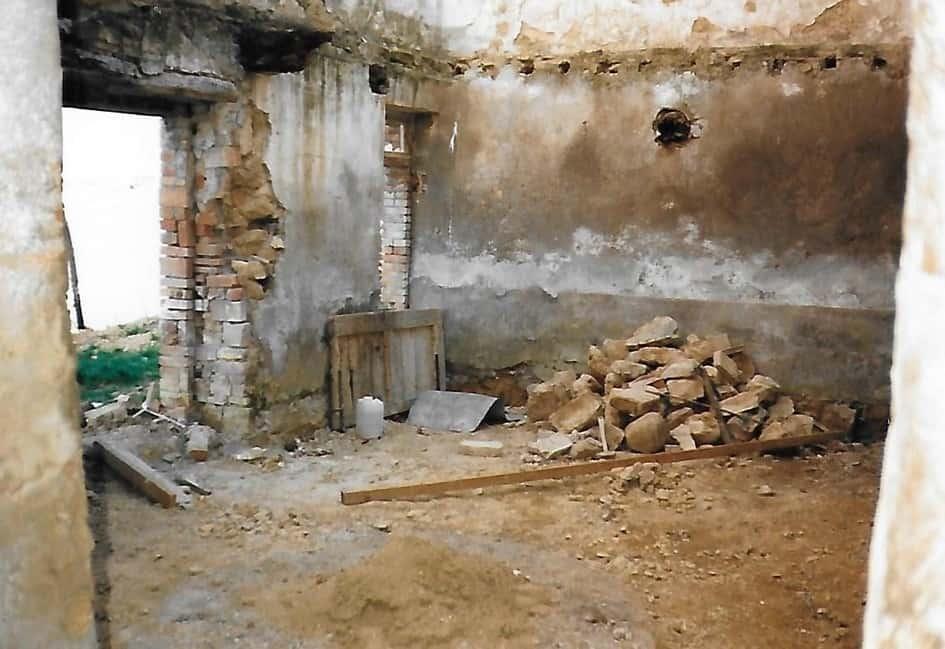 Een stapel stenen van het ingestorte dak