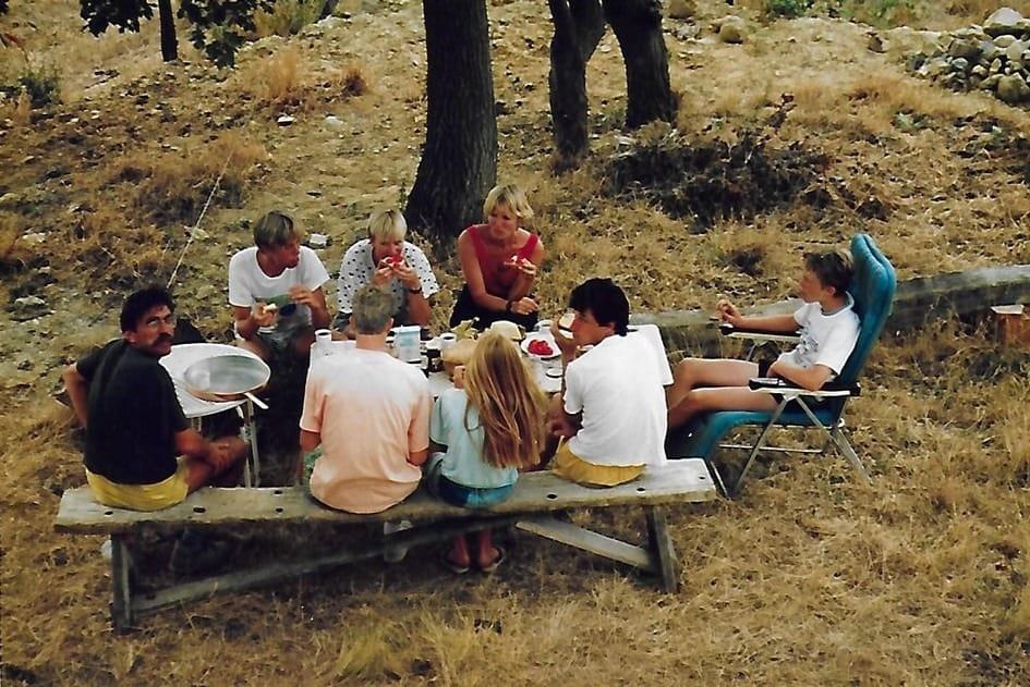 Samen lunchen in de schaduw onder de boom