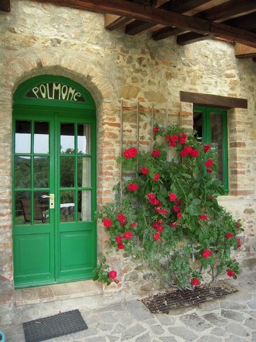 Sfeervolle rozen naast de voordeur van het rustieke vakantie appartement voor 2 personen Simpatica