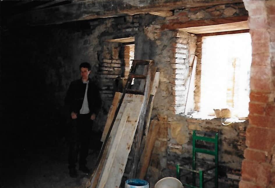 Open gaten en alle binnenmuren waren nog met klei ertussen opgestapelde stenen