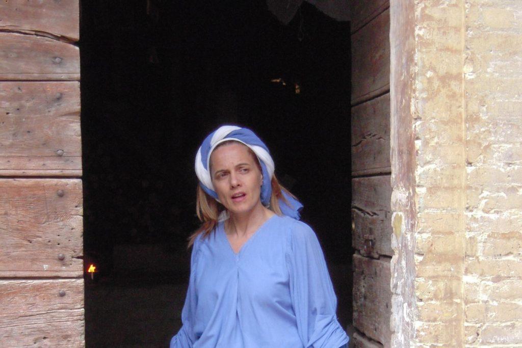 Vrouw bij een evenement in het voorjaar in Umbrië