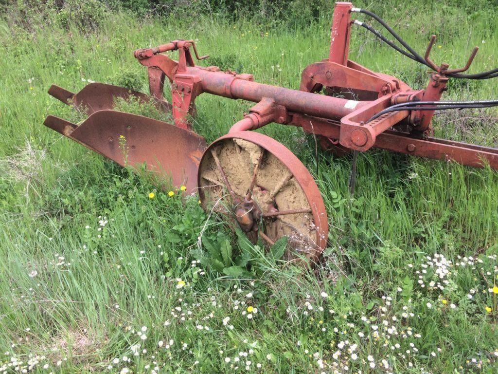 En dan zie je opeens antieke landbouwwerktuigen tijdens je wandeling