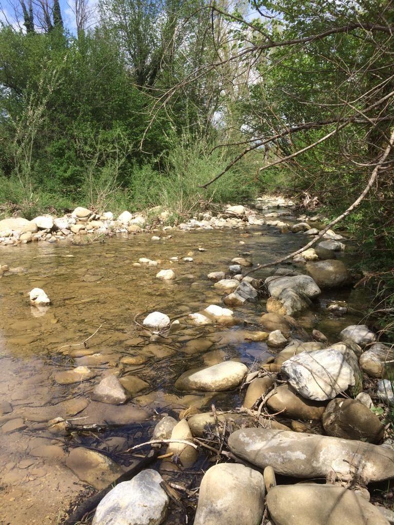 Op blote voeten de rivier oversteken