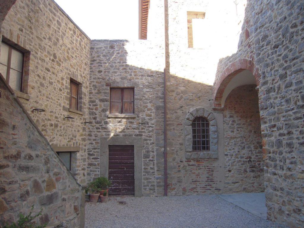De binnenplaats van het kasteel waar je wijn kunt proeven