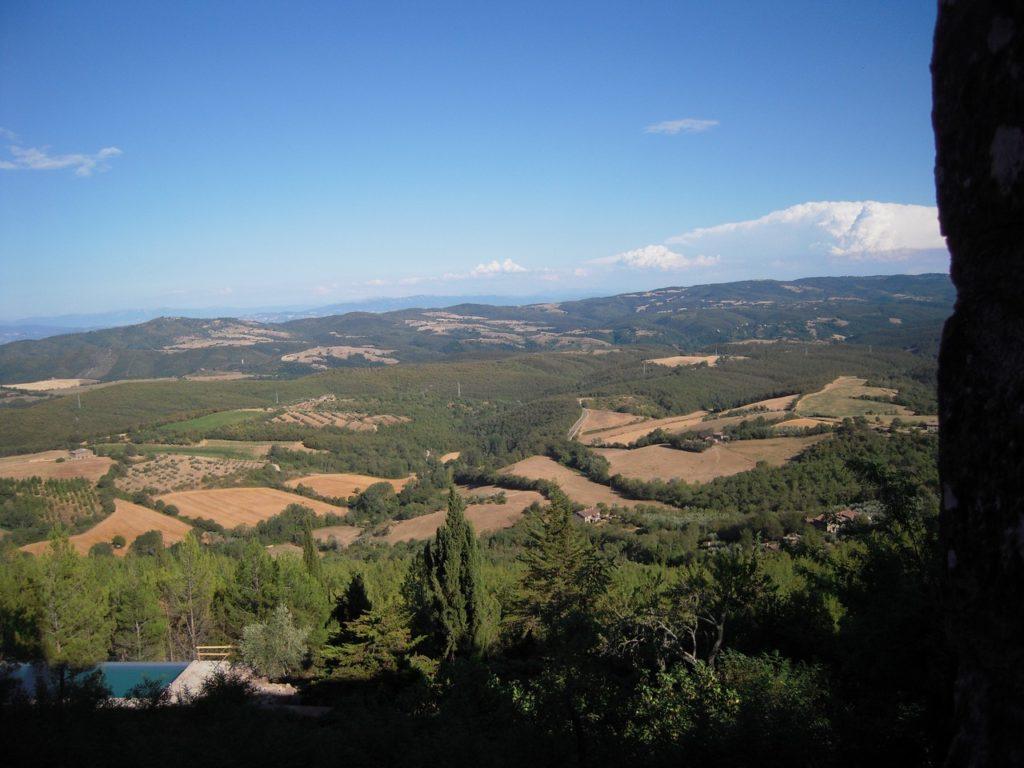 De landerijen van het kasteel van Montegiove in Umbrië