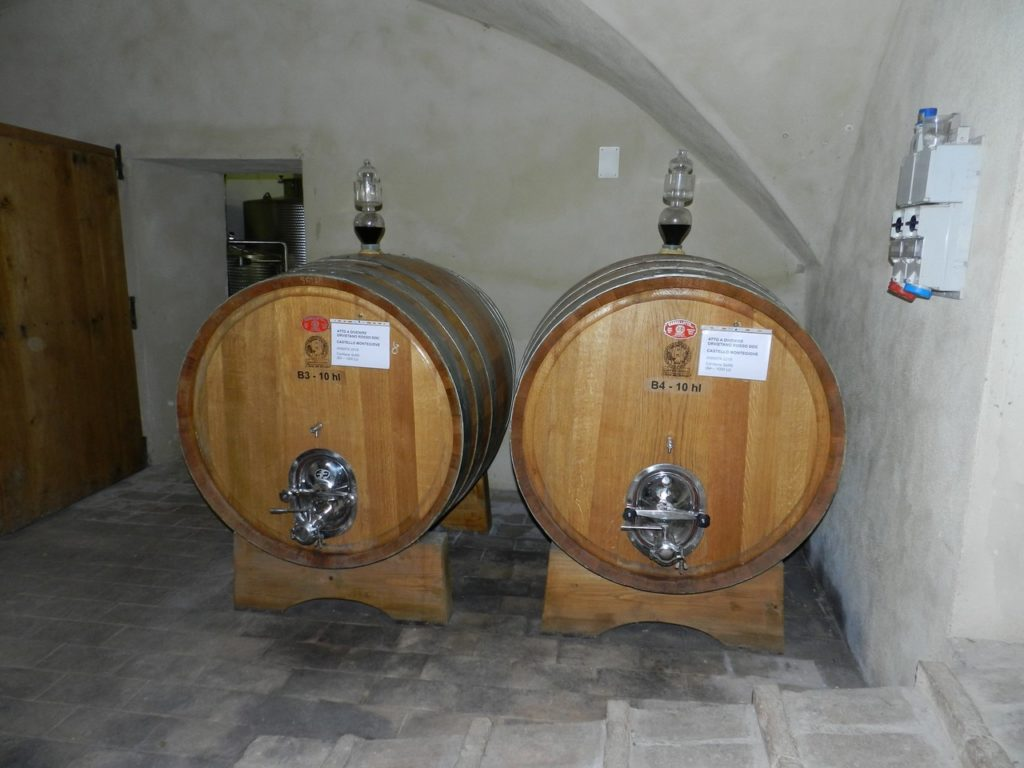 Voor de houtrijping worden eiken tonneaux en barriques gebruikt