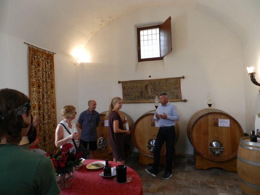 De markies geeft tijdens het wijnproeven in een kasteel in Umbrië uitleg over zijn mooie wijnen