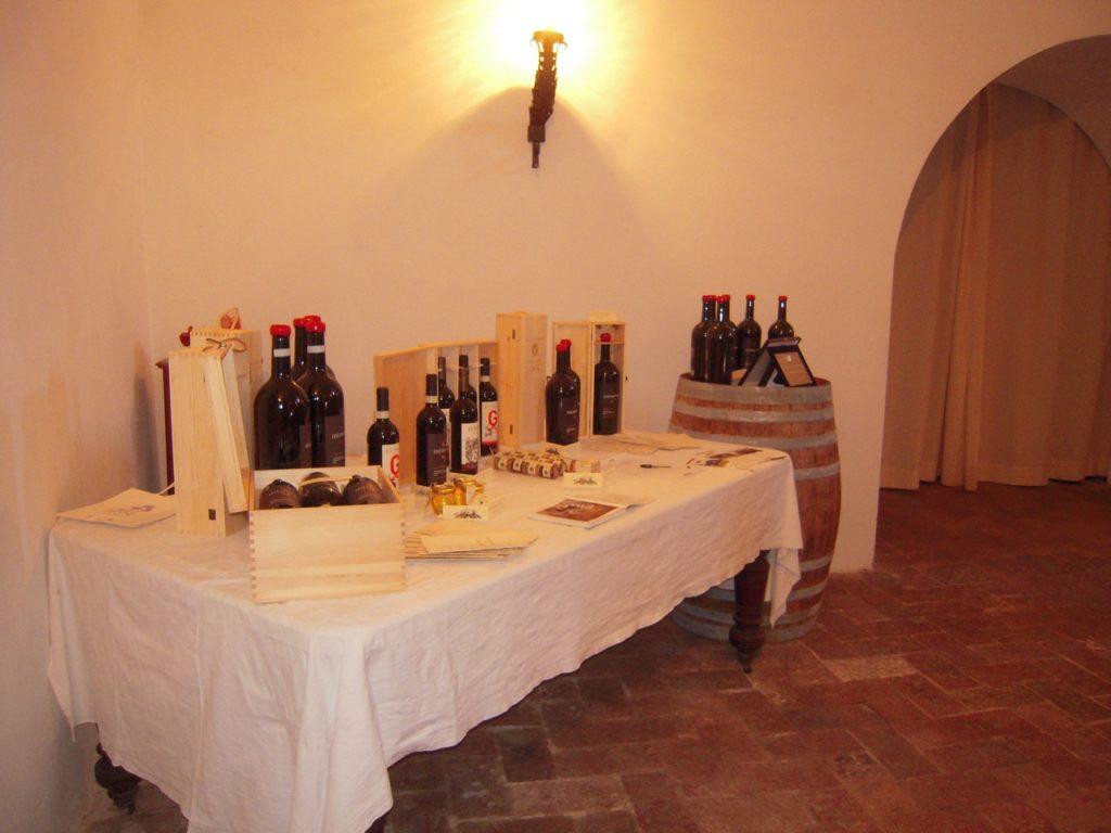 De wijnen staan klaar voor het wijnproeven in een kasteel in Umbrië