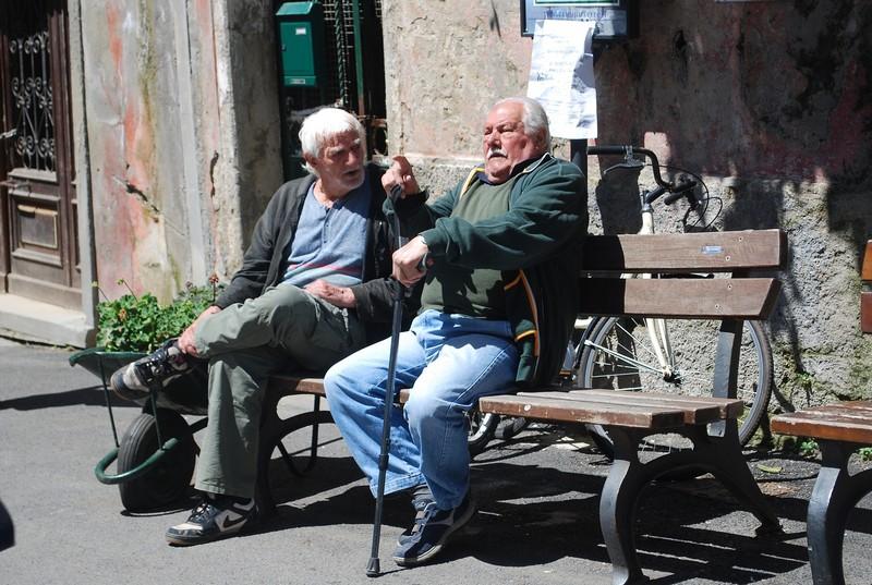 Deze kletsende italiaanse mannen op het bankje zijn beeldend voor het gemak waarmee je in Italie in gesprek komt met zijn bewoners