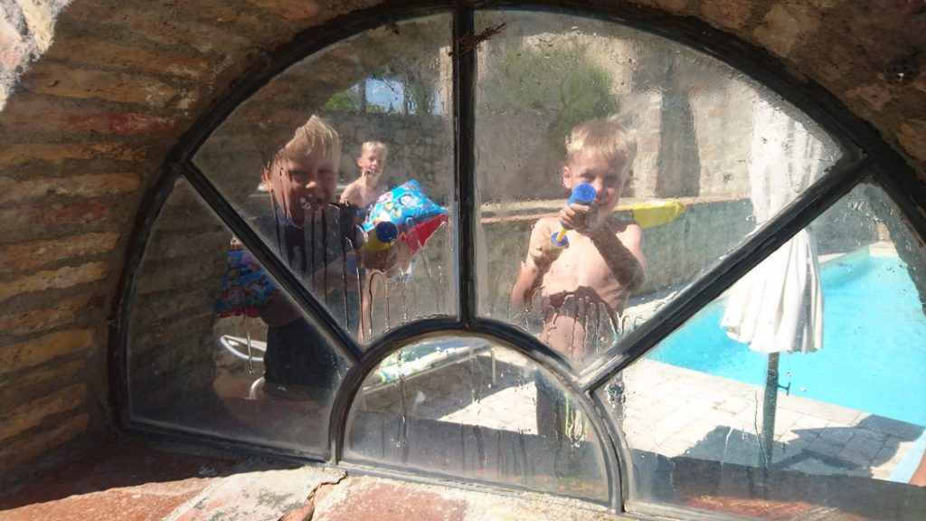 Kinderen spelen bij het zwembad