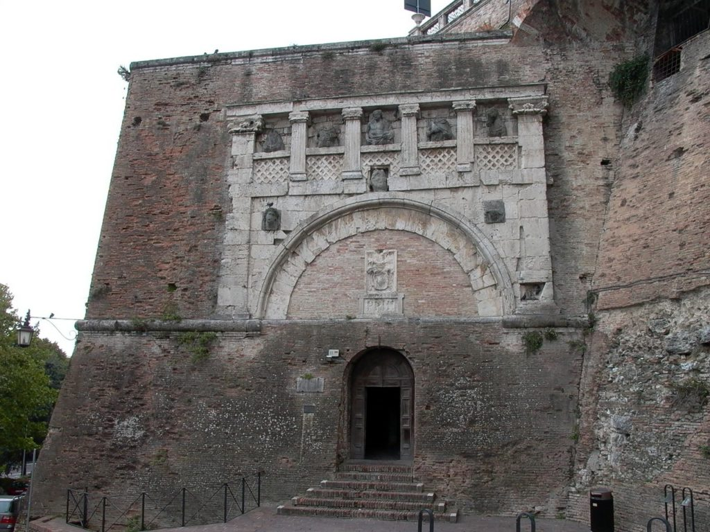 Een van de bezienswaardigheden in Perugia, Umbrie is de Porta Marzia. Dat is een origineel etruskische poort die tijdens de bouw van de Rocca verplaatst is om te dienen als ingang
