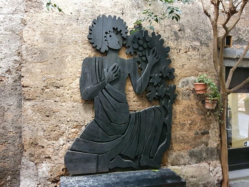 Houtsculptuur in het straatje van de Bottega di Michelangeli
