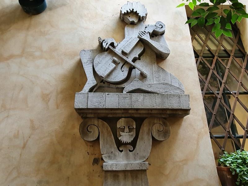 Cellospeler, een houtsculptuur van Michelangeli