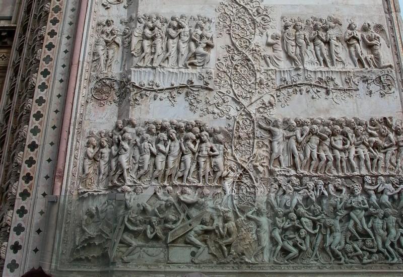 Wederopstanding op de facade van de Duomo van Orvieto