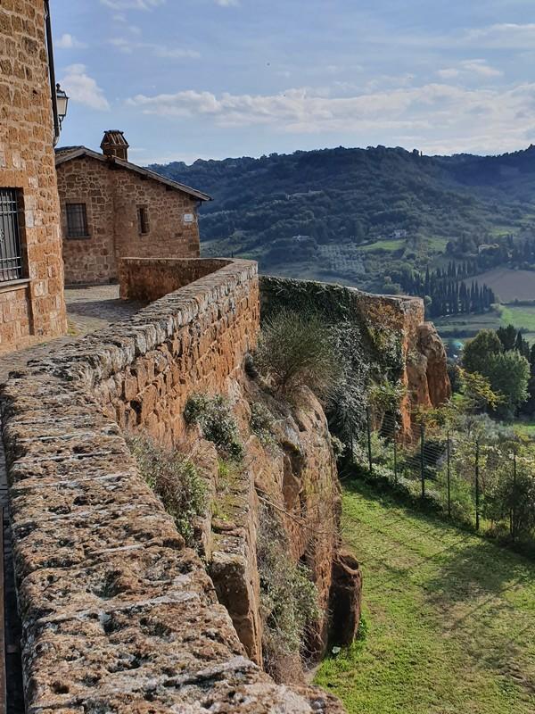 Een van onze tips voor Orvieto als je Umbrië wilt ontdekken is om in de Middeleeuwse wijk langs de stadsmuur te wandelen