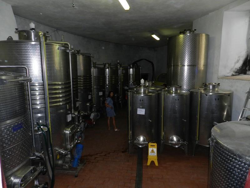 Wijn van de regio Umbrië in roestvrijstalen vaten